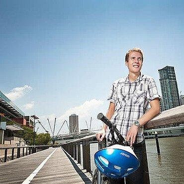 Auslandssemester Australien: Student mit Fahrrad