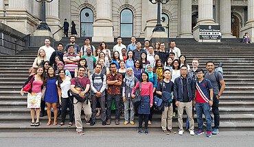 Gruppenfoto vor dem Parlament