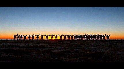 Studenten vor dem Sonnenuntergang