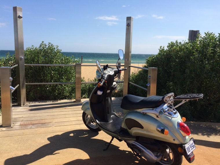 Mofa am Strand in Australien