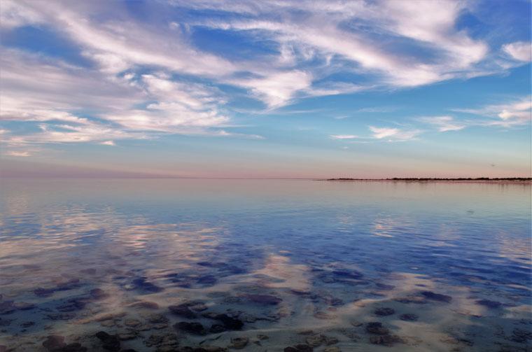Blick auf das Wasser bei Sonnenuntergang