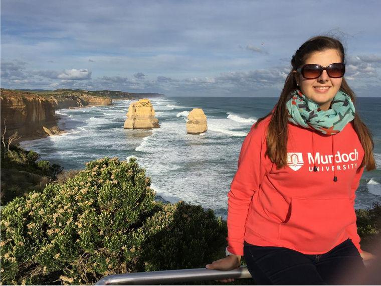 Studentin an der Küste Australiens