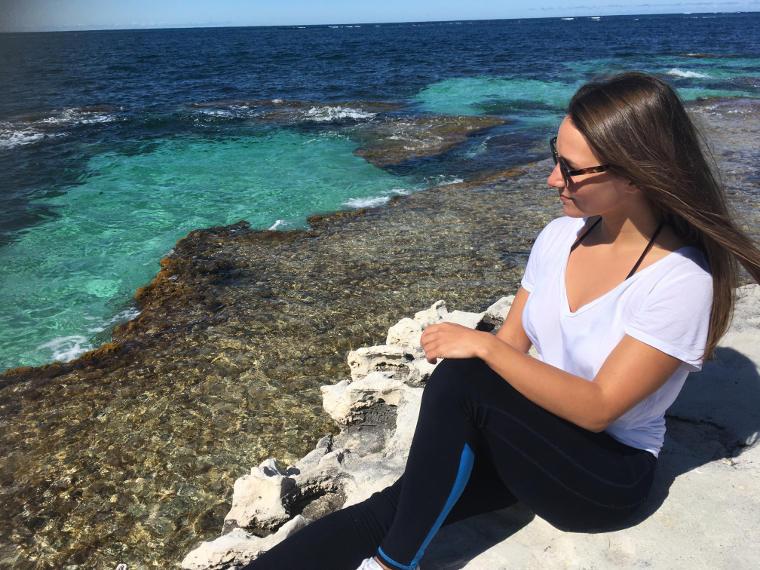 Studentin am Meer in Australien