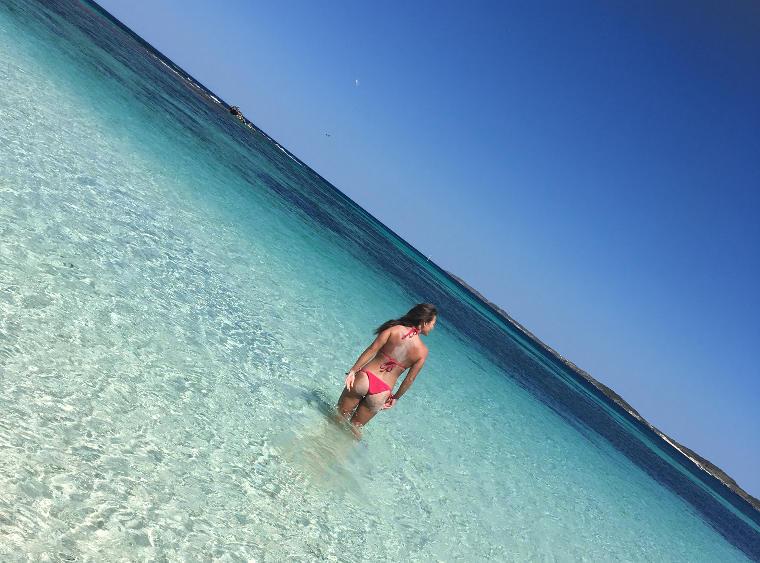 Studentin im klaren Meerwasser